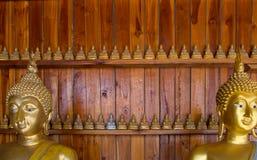 Bouddha sur le détail de modèle de l'or de teck Photographie stock libre de droits
