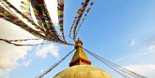 Bouddhanath Stupa και πετώντας σημαίες προσευχής Στοκ Φωτογραφία