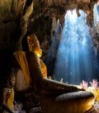 Bouddhisme étonnant avec le rayon de la lumière dans la caverne photo libre de droits