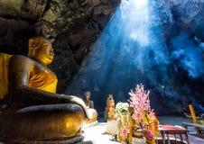 Bouddhisme étonnant avec le rayon de la lumière dans la caverne image libre de droits
