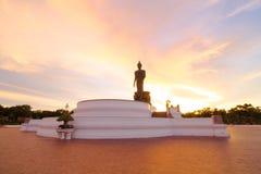 Bouddhisme dans le coucher du soleil Photos stock
