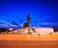 Bouddhistes avec la bougie légère dans des mains marchant autour de la statue de Bouddha photographie stock libre de droits