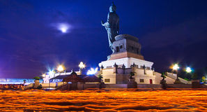 Bouddhistes avec la bougie légère dans des mains marchant autour de la statue de Bouddha photo libre de droits
