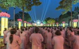 Bouddhistes vers l'étape pendant l'étape de Bouddha Amitabha de cérémonie de nuit Images stock