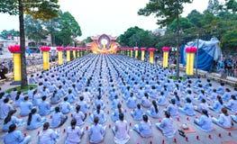Bouddhistes vers l'étape pendant l'étape de Bouddha Amitabha de cérémonie de nuit Photo libre de droits