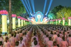 Bouddhistes vers l'étape pendant l'étape de Bouddha Amitabha de cérémonie de nuit Photographie stock