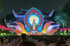 Bouddhistes vers l'étape pendant l'étape de Bouddha Amitabha de cérémonie de nuit Photos libres de droits