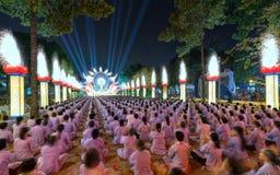 Bouddhistes vers l'étape pendant l'étape de Bouddha Amitabha de cérémonie de nuit Photographie stock libre de droits