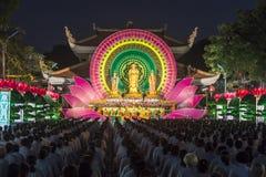 Bouddhistes vers l'étape pendant la nuit Bouddha Amitabha de cérémonie Photos stock