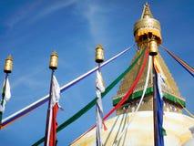 Boudha Stupa flaggor och kyrktorn Royaltyfri Foto
