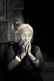 Boudhanath寺庙,加德满都,尼泊尔的年长西藏佛教夫人 图库摄影