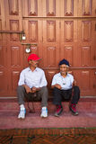 Boudhanath寺庙,加德满都, Nepall的两个年长人 库存照片