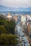 Boudhanath路和Boudhanath stupa在Kathmandy,尼泊尔 免版税库存照片