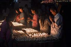 Boudhanath, Kathmandu, Nepal 09/2014 die Kerzen, die nachts als Leute beleuchtet werden, beten am buddhistischen Tempel von Boudh Lizenzfreie Stockbilder