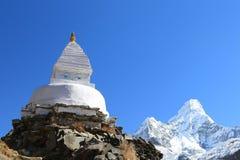 Boudhanath stupa和ama dablam从尼泊尔锐化 免版税库存图片
