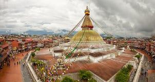 Boudhanath stupa i Graniczący budynki w Kathmandu Nepal przeciw Chmurnemu niebu od above