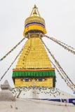 Boudhanath stupa z modlitwa gołębiami w Kathmandu Nepa i flaga zdjęcia royalty free
