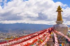 Boudhanath stupa z setkami gołębie i modlitwa zaznacza w Sh zdjęcie royalty free