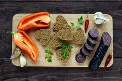 Boudin espagnol de Morcillo, boudin, coupant des tranches, pain de seigle noir dans une forme de coeur, poivre, ail Photos stock