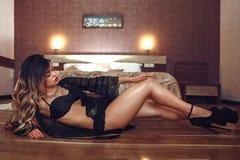 Boudoirfoto die van sexy meisje modieus zwart lingerieondergoed dragen stock foto's