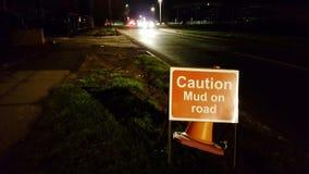 Boue de précaution sur le panneau routier Photos stock
