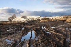 Boue et magmas sur le chemin de terre images stock