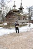 Bouffon à l'arrière-plan de l'église Photo libre de droits