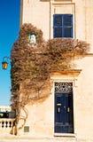 Bougainvilleaträd vid dörröppningen i Mdina, Malta. royaltyfri bild
