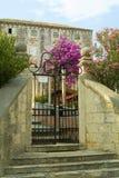 Bouganvilla vor altem Mittelmeerlandhaus Stockbild
