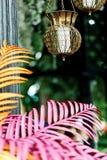 Bougeoirs découpés bel par Indonésien avec des bougies Chaud et beau, accrochant dans le ciel Images libres de droits