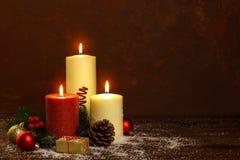 Bougie avec des décorations de Noël photo libre de droits
