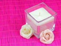 Bougie avec des fleurs Photos stock