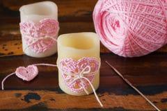 Bougie avec le coeur fait main de crochet rose pour le d de Valentine de saint Photographie stock libre de droits