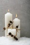 Bougie blanche avec le décor de Noël image stock