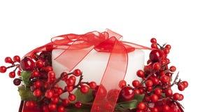 Bougie blanche décorée, enveloppée dans la bande rouge photo libre de droits