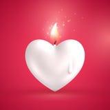 Bougie blanche de forme de coeur sur le fond rouge Photos stock