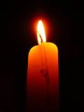 Bougie brûlant avec une belle flamme Photo libre de droits