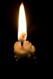 Bougie brûlant dans l'obscurité images stock