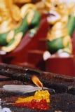 Bougie brûlant dans une pagoda Images libres de droits