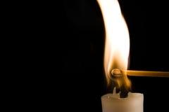 Bougie brûlante avec l'allumette Image libre de droits