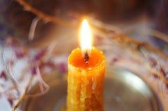 Bougie brûlante, créée de la cire à la main photo stock