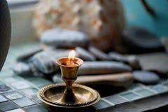 Bougie brûlante dans un chandelier de cuivre Prière ou gratitude photo libre de droits