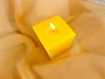 Bougie brûlante jaune Photos libres de droits