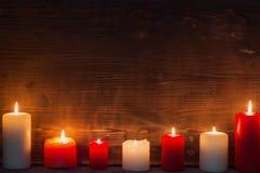 Bougie brûlante sur le fond en bois foncé image libre de droits