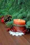 Bougie brûlante, arbre, baies Noël avec la grand-mère dans Photos stock