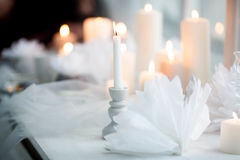 Bougie brûlante blanche dans un chandelier sur un fond des bougies Image libre de droits