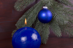 Bougie brûlante bleue sur Noël Photographie stock libre de droits