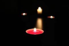 Bougie brûlante dans l'obscurité Photo libre de droits