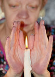 Bougie brûlante entre les paumes Photo stock