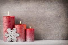 Bougie brûlante rouge sur un fond de neige éléments d'intérieur de l'image 3D Images libres de droits